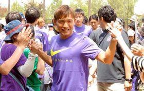 ファン感謝デーでサポーターに笑顔を見せる青山(中央)
