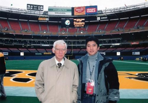 2000年12月、当時のスティーラーズの本拠地「スリーリバーズスタジアム」の最後の試合を取材した筆者(右)とダン・ルーニーさん=写真提供・生沢浩さん