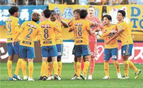 清水相手に2-0で勝利し、喜び合う仙台イレブン(小林一成撮影)