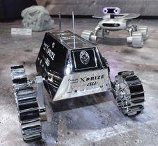 民間初となる月面探査の国際コンテストに参加する日本チーム「HAKUTO」の探査車「SORATO」の模型。奥はインドの「チームインダス」の探査車の模型。同じ着陸船で月を目指す=21日午後、東京都内