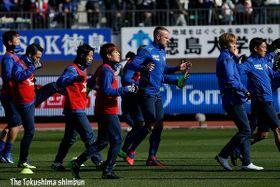 気合の入った様子でウォーミングアップを行う徳島の選手たち=鳴門ポカリスエットスタジアム
