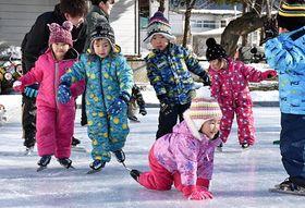 手作りリンクで最後のスケート教室を楽しむ子どもたち