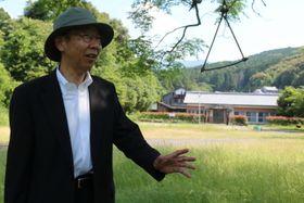 末永さんが通った瀬々田分教場跡を訪ね、当時をイメージする野崎さん=諫早市大場町
