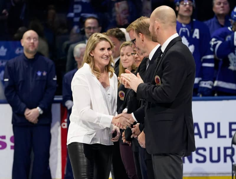 昨年11月、北米プロアイスホッケーNHLの試合に訪れたヘーリー・ウィッケンハイザー氏(中央)(USA TODAY・ロイター=共同)