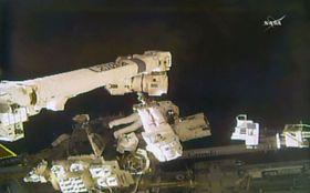 国際宇宙ステーションで船外活動する金井宣茂さん(中央奥)(NASAテレビ)