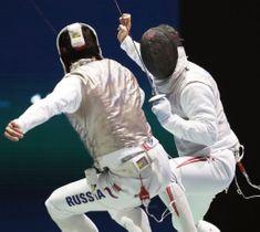 男子フルーレ個人決勝トーナメント2回戦 ロシアのティムール・サフィン(左)と対戦する三宅諒=ブダペスト(共同)