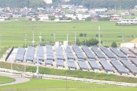 耕作放棄地を活用して整備された大規模太陽光発電所=阿南市長生町