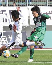 後半、シュートを放つ岐阜・永島選手(右)=岐阜市の長良川競技場で