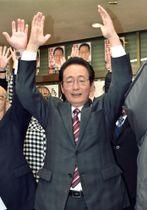 埼玉県上尾市長選で初当選を決め、万歳する畠山稔氏=17日夜、上尾市