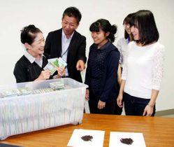 完成した「鹿野和紅茶」の商品を手に談笑する岸田さん(左端)や作業所スタッフ、市職員たち