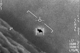 米国防総省が公開した、海軍が撮影した「謎の空中現象」とされる映像の一こま(撮影日時不明)