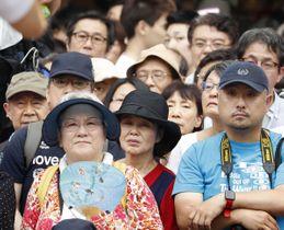立候補者の街頭演説に耳を傾ける有権者ら=20日午後、東京・新宿
