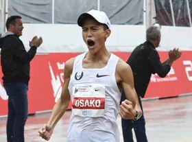 2018年10月7日、シカゴマラソンを3位でゴールする大迫傑選手。2時間5分50秒で日本新を達成(AP=共同)