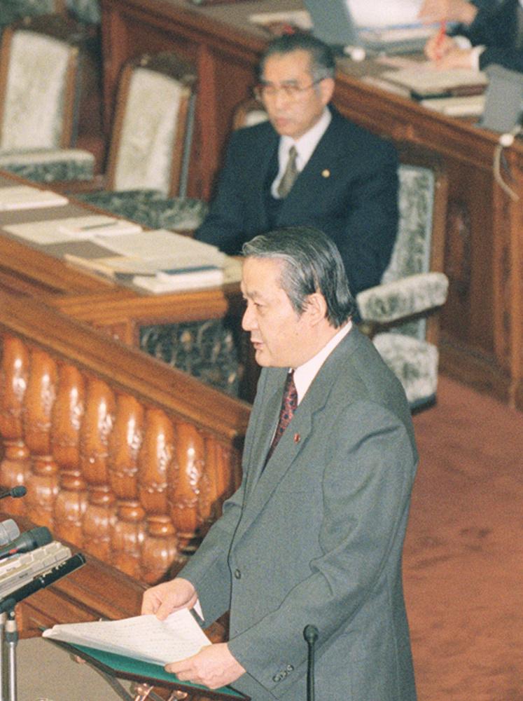 参院本会議で情報公開法案の趣旨説明をする太田誠一総務庁長官。後方は小渕恵三首相=1999年3月5日
