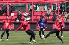 全体練習の一般公開が始まり、待ちわびた見学者が選手の軽快な動きに見入った(中川明紀撮影)