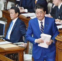 衆院本会議で施政方針演説に臨む安倍首相。左は麻生財務相=20日午後
