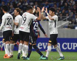 G大阪―浦和 後半26分、浦和の武富(右)がPKを決めナバウト(19)とハイタッチする