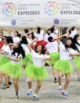 動画撮影のため「万博ダンス」を踊る大阪府立登美丘高ダンス部員ら=20日午前、大阪市の夢洲