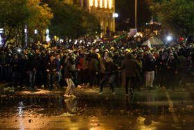 反政府デモの参加者たち=19日、ベイルート(ロイター=共同)