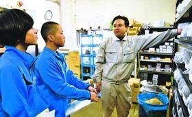 社員から在庫管理の仕方を教わる高校生=小松島市中田町の千歳産業