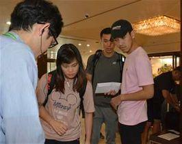 ホテルに到着し練習日程などの説明を受けるタイ代表チームの選手とスタッフ