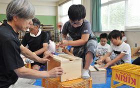 【本立て作りに挑戦する児童ら=四日市市笹川の旧笹川西小学校で】