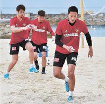 砂浜で体力強化トレーニングに励む(左から)川浪、関、シュミットのGK陣