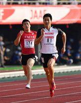 昨年大会の200メートルを制した飯塚(右)