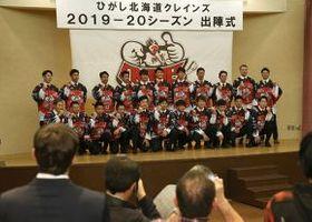 出陣式で新ユニホームを披露するひがし北海道クレインズの選手たち(加藤哲朗撮影)