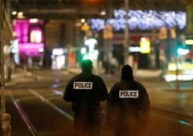 発砲事件の現場周辺で警戒に当たる警察関係者=11日、ストラスブール(ロイター=共同)