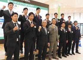 意気込む新入団選手と田畑一也監督(前列左から4人目)ら=高岡市のイオンモール高岡で