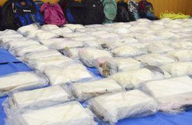 貨物船から押収されたコカイン=2018年8月31日、横浜税関