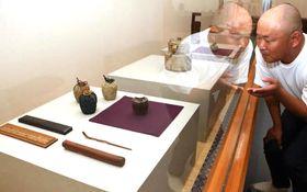 貴重な茶道具が並ぶ展示会場