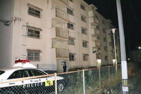 男性の遺体が見つかった現場建物=21日午後10時59分、岐阜県池田町