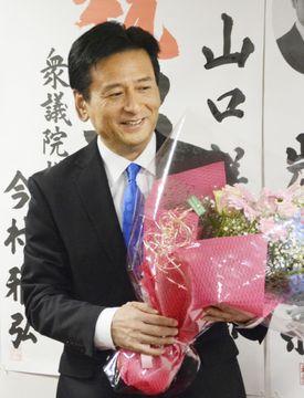 佐賀県知事選で再選を決め、あいさつする山口祥義氏=16日夜、佐賀市