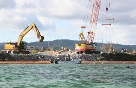 米軍普天間飛行場の移設先、沖縄県名護市辺野古沿岸部で、沖縄防衛局が護岸で囲い込む作業を終えた区域=19日午後