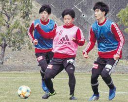 30日のリーグ戦での先発を目指し、紅白戦で激しく競り合う(右から)照山、吉尾、田中