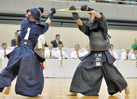 【剣道男子個人決勝】集中して攻めをしのぐ八頭の加藤竜成(右)=三重県営サンアリーナ