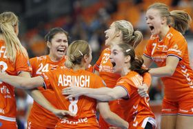 ロシアを破って決勝進出を決め、大喜びするオランダの選手たち=パークドーム熊本