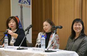 18日、パリで開かれた文学シンポジウムに参加した作家の(左から)林真理子さん、桐野夏生さん、角田光代さん(共同)