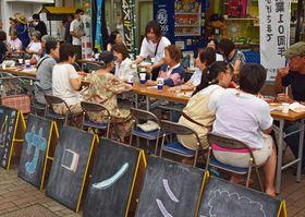 学生が企画し、左近山団地で行われたビアガーデン=横浜市旭区