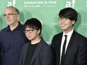 アニメーション作品「天気の子」の全米初の上映会で記念写真に納まる新海誠監督(中央)=18日、米ロサンゼルス・ハリウッド(共同)