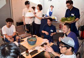 こだわりのキャンプ用品や食器を使用しながら料理を味い、交流を深める参加者