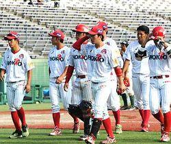 信濃−富山 引き分けを挟んで7連敗となり、ベンチに引き揚げる信濃の選手たち