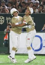 米国にサヨナラ勝ちし、内藤(右)と抱き合って喜ぶ森=東京ドーム