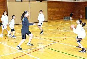 練習するスポコミ東北長沼ミニバス女子チームの選手たち。被災の影響で地元施設は使えず、この日は長野市古牧小の体育館を借りた=20日夜
