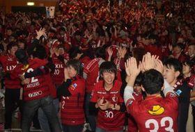 鹿島の優勝が決まり喜ぶサポーターら=鹿嶋市立カシマスポーツセンター、高松美鈴撮影