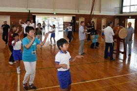 保存会メンバーと一つ拍子踊りの練習に励む児童たち