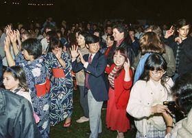 1985年8月、日英親善の夏祭り会場で、盆踊りに参加された英国留学時代の天皇陛下=ロンドン(加藤節雄さん提供・共同)