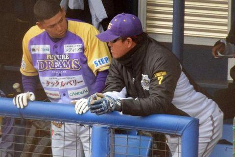 ベンチで選手に声をかける神奈川FDの鈴木監督=横須賀市夏島町の2軍施設「DOCK」